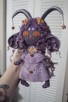 I made a leaf witch doll! « remarkable On it yourself Cute Crafts, Felt Crafts, Diy And Crafts, Arts And Crafts, Felt Dolls, Plush Dolls, Sewing Crafts, Sewing Projects, Ideias Diy