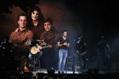 Luke Bryan - Drink A Beer - In Loving Memory of brother, Chris, and sister, Kelly. Country Songs, Country Life, Country Girls, Luke Bryan Music, Caroline Bryan, Shake It For Me, Cma Awards, Farmer's Daughter, In Loving Memory