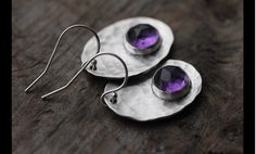 Diese Ohrringe bestehen aus zwei atemberaubende dunkel lila  natürliche AAA facettierten Amethyst Edelsteinen. Die leichte  Einschlüsse in der Edelstein sehen sehr natürliche und geheimnisvoll  aus....