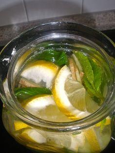Das GIMZ Wasser regt die Verdauung an und fördert den Fettabbau. GIMZ heißt- Gurke- Ingwer- Minze- Zitrone Dafür braucht man : – 1 Liter Wasser&helli