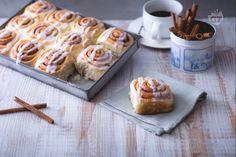 Nell'aria c'è un profumo irresistibile di dolce lievitato che sa di cannella: di tratta dei cinnamon rolls. Un dolce di origine svedese molto goloso!