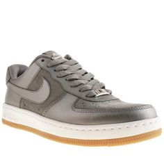 The iconic Air Force 1 from Nike has been given a more refined update to create the sleek Ultra Force Low, a sleeker aesthetic on the signature basketball look. This silver leather style is completed with Nike Air cushioning for a premium look and feel.