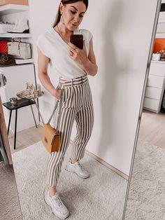Was ist im Sommer 2019 modern? Auf meinem Modeblog findest du die schönsten Sommertrends 2019 und praktische Styling-Tipps. Welche Taschen sind im Trend? Welche Schuhe trage ich im Sommer? Welche Accessoires sind modern und wo kann ich schöne Sommer Mode online bestellen? Auf all diese Mode-Fragen liefere ich dir passende Antworten: www.whoismocca.com #sommertrends #modetrends #sommermode #sommeroutfits Casual Chic Outfits, Spring Summer Trends, Winter Trends, Fashion Weeks, All About Fashion, I Love Fashion, Outfit Des Tages, Vogue, Mode Blog
