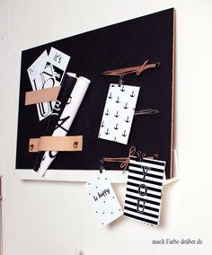 Heut zeig ich euch ein kleines DIY. Ein Memoboard mit Kreidelack und Lederriemen. Zusätzlich hab ich noch 4 Grafiken im Postkartenformat für euch. #DIY #Memoboard #kostenlos #Download Memo Boards, Blog, Poster, Notebook, Party, Print Templates, Graphics, Deco, Crafting