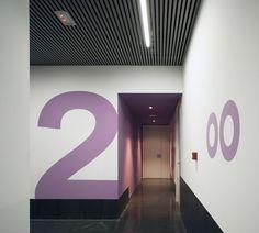 Centro de especialidades médicas por CrystalZoo. Fotografía © David Frutos. Bathroom Lighting, Minimalism, David, Mirror, Furniture, Home Decor, Modern Architecture, Buildings, Facades