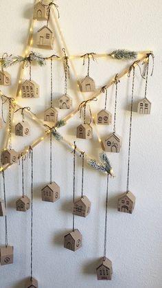 Tadam... Le voici, le voilà, notre nouveau calendrier de l'Avent. Tout est fait maison, de l'Étoile géante en tasseaux de bois, aux petites maisonnettes en papier kraft. Diy calendrier de l'avent - Faire soi-même son calendrier de l'avent - Fabriquer un calendrier - Déco de noel -  #calendrierdelavent #DIY #noel Printable Christmas Cards, Christmas Greeting Cards, Kids Calendar, 2021 Calendar, Greeting Card Shops, Printable Calendar Template, Christmas Crafts, Monthly Planner, Staying Organized