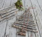"""Voor deze leuke kerstboom van takjes heb je alleen maar takjes en een stuk draad nodig. Een duidelijke uitleg met stap-voor-stap foto's staat op mijn blog """"Homemade by Joke""""."""