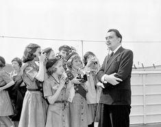 Salvador Dalí es fotografiado por un grupo de 'Girl Scouts', en Nueva York, en una imagen datada el 14 de abril de 1960. La organización de las Girl Scouts cumple un siglo de existencia.