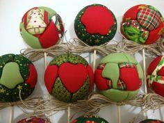 Bolas revestidas em tecido 100% algodão, ideiais para decoração de presentes ou outras coisas que a imaginação permitir. Acabamento de palha da costa ou sisal. Podem ser feitas com tecido natalino, que ficam uma graça nos arranjos de final do ano.