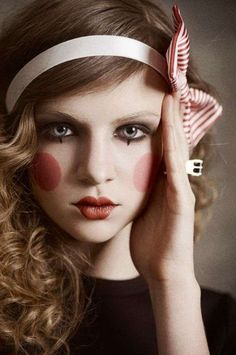 50 Pretty and Unique Makeup Looks For Halloween; the hottest Halloween makeup looks. Clown Makeup, Costume Makeup, Halloween Makeup, Halloween Costumes, Hair Makeup, Cute Doll Makeup, Halloween Foto, Creepy Makeup, Halloween Clothes