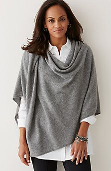 Fashion Over 50, Look Fashion, Fashion Outfits, Womens Fashion, Poncho Outfit, Cashmere Wrap, Cashmere Poncho, Winter Mode, Look Chic