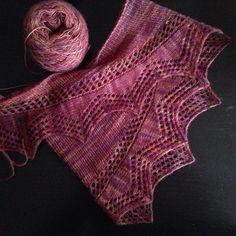 J'ai oublié de vous dire mais j'ai terminé le #cassisshawlette de @petitboutdemoi pour ma mamie! La laine est fabuleuse cest de la #malabrigo #lace coloris #archangel  Seul bémol sa taille 120m sur 22cm  mais je pense que ma mamie appréciera comme cache épaule a l'intérieur de la maison  #knitting #knittersofinstagram #tricot #knit by lesptiteschoses
