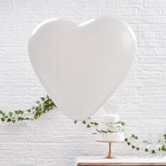 Dieser wunderschöne Ballon in Herzform ist eine tolle Dekoration auf einer Hochzeit. Riesenballon Herz weiss bei www.party-princess.de