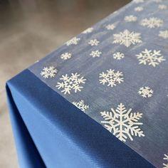 Ce chemin de table PAS CHER sera parfait pour décorer n'importe quelle table de noel, décoré de flocons de neige pailleté il est vendu en rouleau de 5 m.
