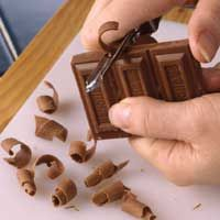 Curls Chocolate Curls ~ Easily dress up dessert with chocolate curls. Take a look at these tips for creating Chocolate Curls:Chocolate Curls ~ Easily dress up dessert with chocolate curls. Take a look at these tips for creating Chocolate Curls: Köstliche Desserts, Delicious Desserts, Dessert Recipes, Yummy Food, Food Deserts, Fancy Desserts, Chocolate Curls, Hot Chocolate Bars, Cake Chocolate