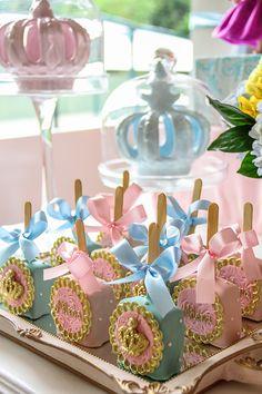 Fabiana Moura criou uma linda decoração para o aniversário da Milena. O baile das princesas ainda ganhou bolo e docinhos personalizados da Sweet Carolina