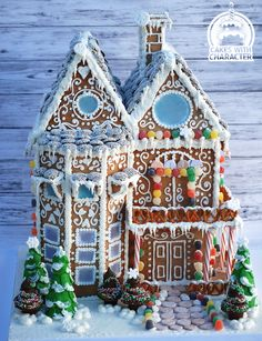 Gingerbread house - Cake by momschap Gingerbread House Designs, Gingerbread Village, Gingerbread Decorations, Christmas Gingerbread House, Gingerbread Cookies, Christmas Cookies, Christmas Crafts, Christmas Decorations, House Decorations