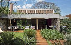 Para tornar mais arejada e iluminada a casa de 325 m², em São Paulo, a arquiteta Flavia Petrossi criou janelas e aberturas estratégicas na reforma - mas conservou a essência modernista do projeto original