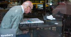 Aufmerksamer Leser: Ein älterer Herr bei der Zeitungslektüre in einem Café in Buenos Aires, Argentinien.