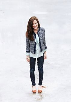 Team a blue tweed jacket with navy skinny jeans for an elegant yet laid-back ensemble. The whole look comes together if you complement this ensemble with tobacco leather pumps. Preppy Mode, Preppy Style, My Style, Preppy Girl, Blazers, Classy Girl, Classy Wear, Classy Style, Classy Chic