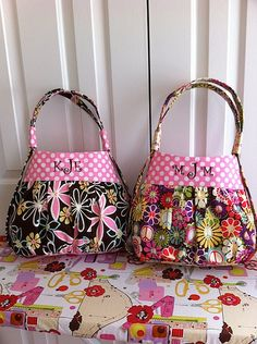 Cute Kids Cabrio Tote Tutorial over at Sew Spoiled.I love bags! Sewing Hacks, Sewing Crafts, Sewing Projects, Purse Patterns, Sewing Patterns, Tote Pattern, Wallet Pattern, Tote Tutorial, Handbag Tutorial