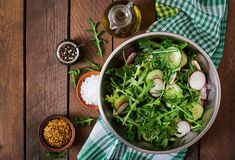 Surówka z rukoli do obiadu to pyszna i pełna witamin porcja warzyw. Można ją przygotować w kilka minut i podać niemal do każdej potrawy. Zawsze smakuje świetnie... Salad Design, Brochure Design Inspiration, Food Backgrounds, Spinach Salad, Arugula, Seaweed Salad, Top View, Cucumber, Food Photography