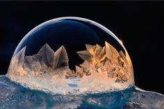 シャボン玉の中に雪の結晶が生まれる