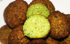 Chickpeas Falafel: our recipe for this delicious Middle Eastern food.They may be vegans or vegetarians and both fried to baked falafel but always good! Lebanese Falafel Recipe, Israeli Desserts, Israeli Food, Israeli Salad, Falafels, Egyptian Food, Homemade Hummus, Eastern Cuisine, Vegetarian Recipes