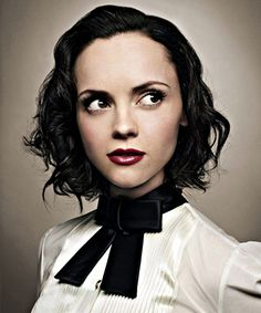 Christina Ricci // Hair: black - Eyes: hazel - Height: 153 cm - Background: Italian, Scotch-Irish - Nationality: American