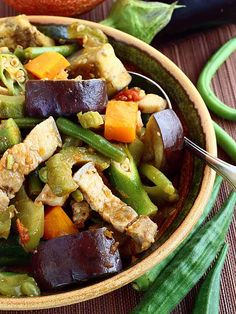 Tagalog Try this easy recipe for Pinakbet or Pakbet, a Filipino vegetable dish that is flavorful as it is colorful. Filipino Vegetable Dishes, Veggie Dishes, Veggie Recipes, Cooking Recipes, Healthy Recipes, Vegetable Stew, Vegetable Salad, Pork Recipes, Vegetarian Recipes