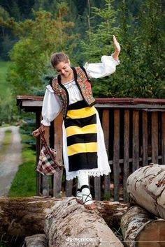Want fantastic ideas on travel? Head out to our great site! Hungarian Embroidery, Folk Embroidery, Learn Embroidery, Constanta Romania, Bucharest Romania, Folk Costume, Costumes, Romania People, Romanian Girls