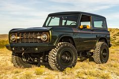 This Restored 1976 Ford Bronco is Old-School Off-Roading at its Finest Classic Bronco, Classic Ford Broncos, Classic Chevy Trucks, Classic Cars, Chevy Classic, Old Bronco, Bronco Truck, Early Bronco, Antique Trucks