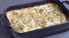 Porter à ébullition le lait et la sauce Alfredo à feu mi-vif, dans une grande casserole, en remuant de temps à autre. Entre-temps, mélanger le parmesan, le persil et la poudre d'ail jusqu'à homogénéité...