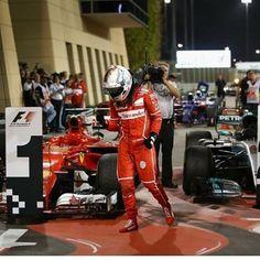 Sebastian Vettel se lleva el Gran Premio de Barein en la F1, para liderar en solitario el campeonato de pilotos de la fórmula uno.  #ferrari #vettel #gpbarein #formula1 #formulaone #alemania #pilotos #autos #mercedes #bmw #hamilton #race #deportes #barein http://unirazzi.com/ipost/1494536870527380907/?code=BS9qV2Hgi2r