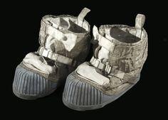 Em 1972, o astronauta Eugene Cernan se despedia da viagem limpando a areia lunar de seus calçados