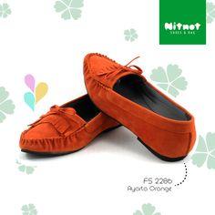 Flatshoes cantik dengan bahan suede. Sol karet anti selip.
