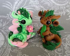 Leaf And Flower Babies by *DragonsAndBeasties on deviantART polymer clay baby dragons- I made the leaf one and it is sooo cool! Polymer Clay Kunst, Polymer Clay Dragon, Cute Polymer Clay, Polymer Clay Animals, Cute Clay, Polymer Clay Miniatures, Fimo Clay, Polymer Clay Projects, Polymer Clay Charms