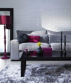 sala gris con toques vino y morado