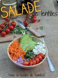 Salade de lentilles vertes avec fêta végétale, avocat, carottes, tomates et graines de lin