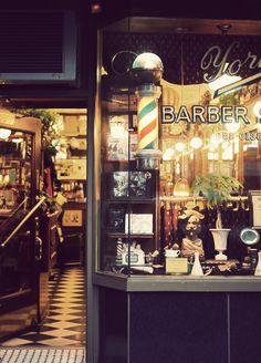 Salir de una barbería después de un corte de cabello.