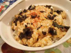 豆腐と卵のふわふわ丼   豆腐と卵を甘辛く味付けし、ご飯にのせました。ササっと5分くらいで作るスピード料理だけど、めちゃうまですよ! メープル村 メープル村 814 つくれぽ レシピを共有 つくれぽを送る Icon myfolder recipe add レシピを保存   材料 (2人分) ご飯 丼ぶり2杯 絹ごし豆腐 200g~300g 卵 2個 ★しょうゆ 大さじ2 ★砂糖 大さじ2 ★みりん 大さじ1 ★粉末だし 少々 サラダ油 大さじ1 焼き海苔(お好みで) おにぎり用1~2枚分 一味唐辛子(お好みで) 少々 作り方 1 絹ごし豆腐はレンジに1分半~2分かけて(600W)水切りし、キッチンペーパーで水分を取る。 2 フライパンにサラダ油をひき、豆腐を崩しながら炒める。  32に油がまわったら★を加えて炒める。  多少豆腐から水分が出ますが、気にしない。 4 最後に卵を加え、全体にささっと混ぜ、卵が好みの硬さに火が通ったら出来上がりです。 5 丼ぶりによそったご飯にかけ、好みで海苔、一味唐辛子をかけて。 お匙で食べるほうが食べやすいかも♪