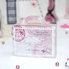 Cette boîte à dragées en forme de bagage renfermera de délicieuses dragées aux amandes que vous offrirez à l'ensemble de vos convives.