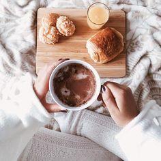 Chili - cocooning - automne / hiver - Petit-déjeuner français, chocolat chaud. Chaussettes hautes & cocooning.