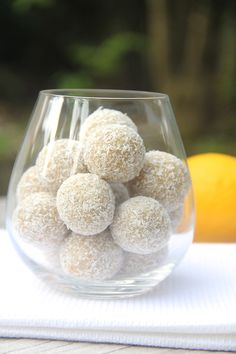 10 minute cashew coconut lemon bliss balls.  No dates so less sugar, perfect for a healthy sugar hit. #vegan #glutenfree