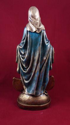 Imagem de Nossa Senhora das Graças em gesso, pintada à mão. Preparada com goma laca e aplicação de verniz sobre a pintura.  Nossa Senhora das Graças é uma invocação especial pela qual é conhecida a Virgem Maria, também invocada com a mesma intenção sob o nome de Nossa Senhora da Medalha Milagrosa... Pagan Altar, Ceramic Angels, Wooden Statues, Durga Goddess, Daughters Of The King, Blessed Mother, Virgin Mary, Decoupage, Ceramics