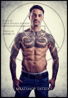 Torse et manches tatouées de motifs vikings dans 20 motifs de l'art du tatouage viking pour homme par le créateur danois Peter Walrus Madsen