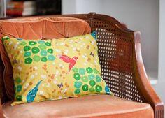 En esta manualidad te mostraremos como hacer adorables fundas con cierre para almohadas o almohadones. No necesitaras muchos materiales y en solo unos minutos lastendráspreparadas. MATERIALES: 1/2 m de tela ( dependiendo del tamaño de la almohada) 1 almohada Una cremallera 12 cm mas cor