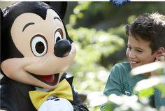 Micky con un niño