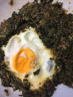 Kıymalı ıspanaklı yumurta;biraz sıvıyagda 1 sogan incecik dogranıp kavrulur,kırmızı biber,karabiber ve tuz atılıp yıkanıp dogranmış ıspanaklar üzerine atılıp kavrulur ve az suyu kalıncada tepsiye alınır,araları acılıp yumurtalar kırılıp agır agır pişirilir tepsi döndererek Afiyet olsun (çok güzel bir yemek hafif degişik)