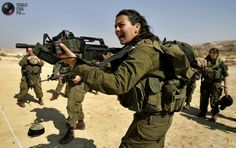 Israeli Platoon Commander Racheli Levantal shouts instructions during a training session at military base in southern Israel February 12, 2007. REUTERS/Eliana Aponte